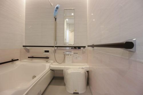 バリアフリーな浴室、手摺付きはもちろん浴槽も一部が下がっていて入りやすい