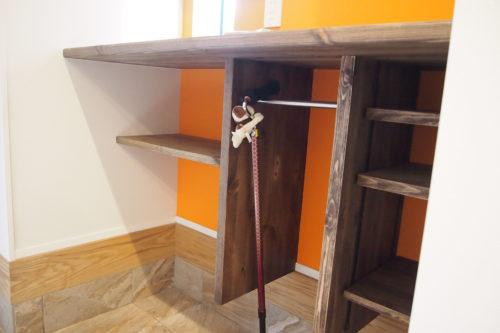 造作の玄関収納、杖を掛けられるポールハンガー付き