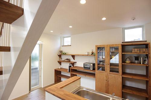無垢の床材や建具を取り入れ視覚的にも触れた時にも心地よさを感じるこだわりの内装
