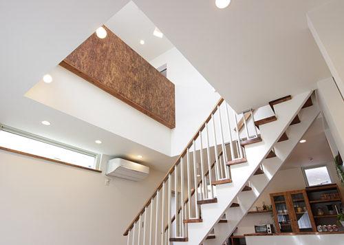 リビング階段と吹き抜けで間仕切りを少なくし冷暖房効率を上げる設計