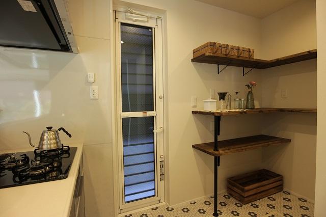 キッチン背面のパントリー