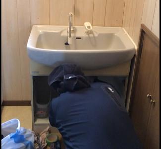 洗面台取替前、作業中