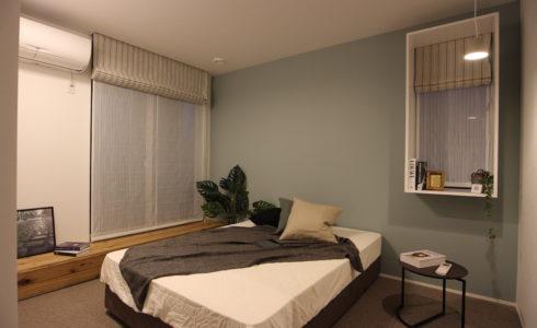 カーペット敷の寝室
