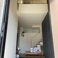 玄関扉を開けると開放的な吹き抜け