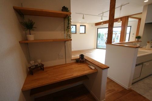 キッチンの並びに造作されたデスクスペース